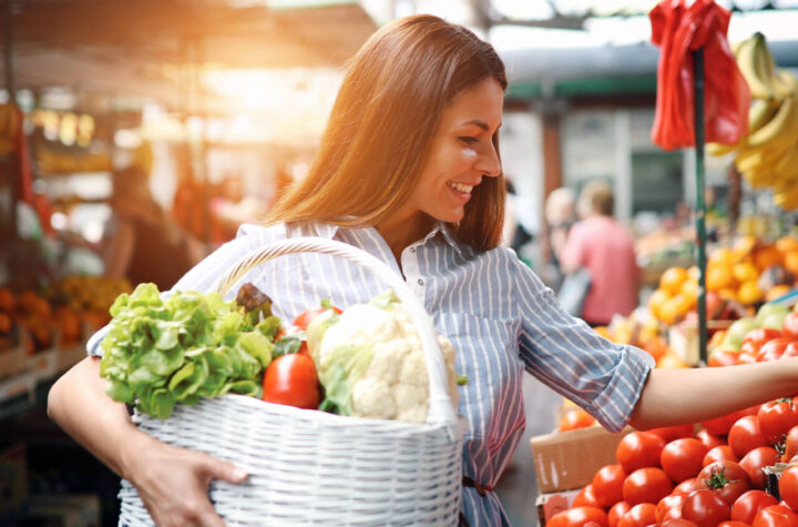 The woman buys healthy food for fast recovery.